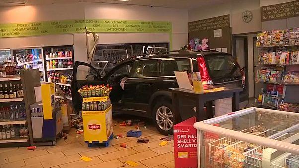 شاهد: اصطدام سيارة مسن ألماني بمحطة وقود