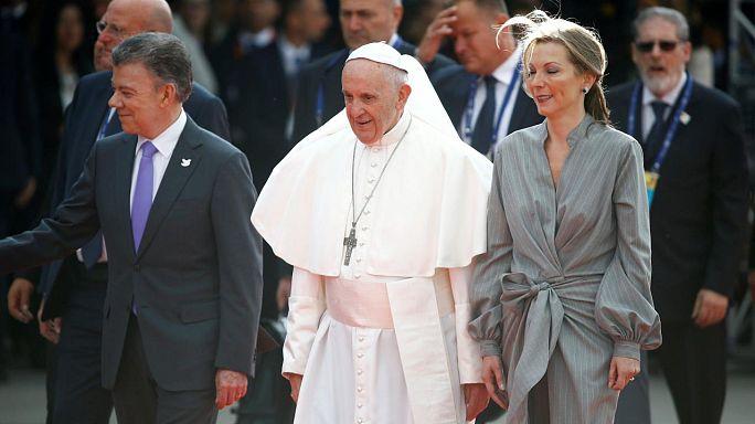 Santos elnök fogadta a pápát Kolumbiában