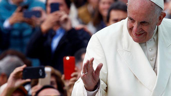 """El papa pide disipar las """"tinieblas"""" de la """"sed de venganza"""" en una misa multitudinaria en Bogotá"""