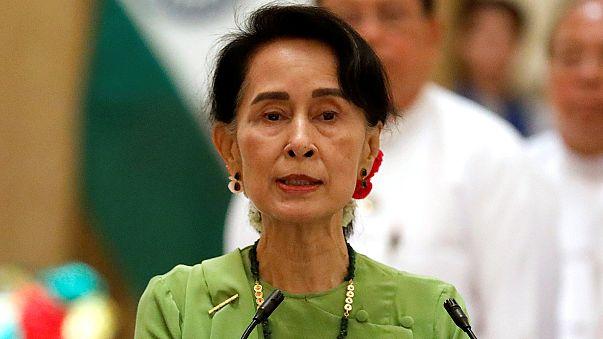 Desmond Tutu condena postura de Aung San Suu Kyi
