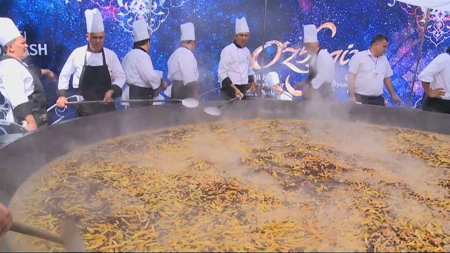 Özbek ustalar dünyanın en büyük pilav yemeğini pişirdi