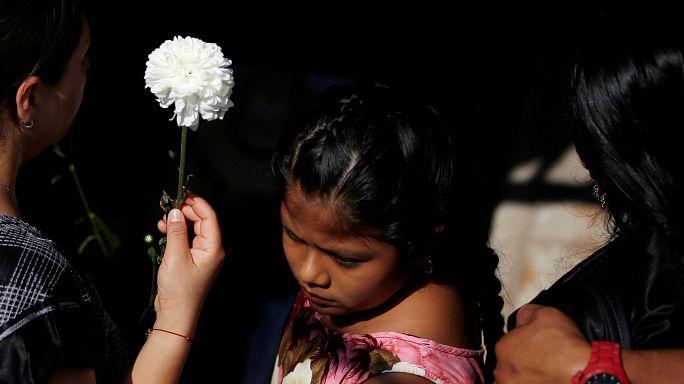 México entierra a las víctimas del terremoto y del huracán Katia