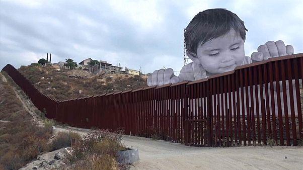 """Bebé """"gigante"""" espreita pelo muro entre os EUA e o México"""