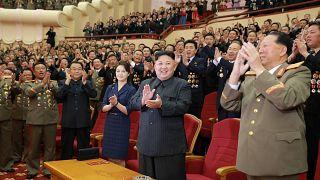 شاهد: أبهة احتفال كوريا الشمالية بعلمائها النوويين أمام غضب حلف الأطلسي