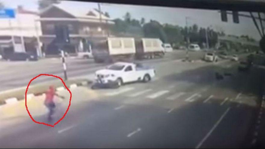 """""""سبايدر مان"""" يظهر في شوارع تايلاند لإنقاذ شاب من حادث سيارة"""