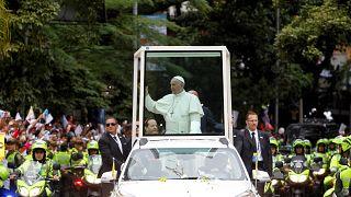 Bain de foule à Bogota pour le pape François
