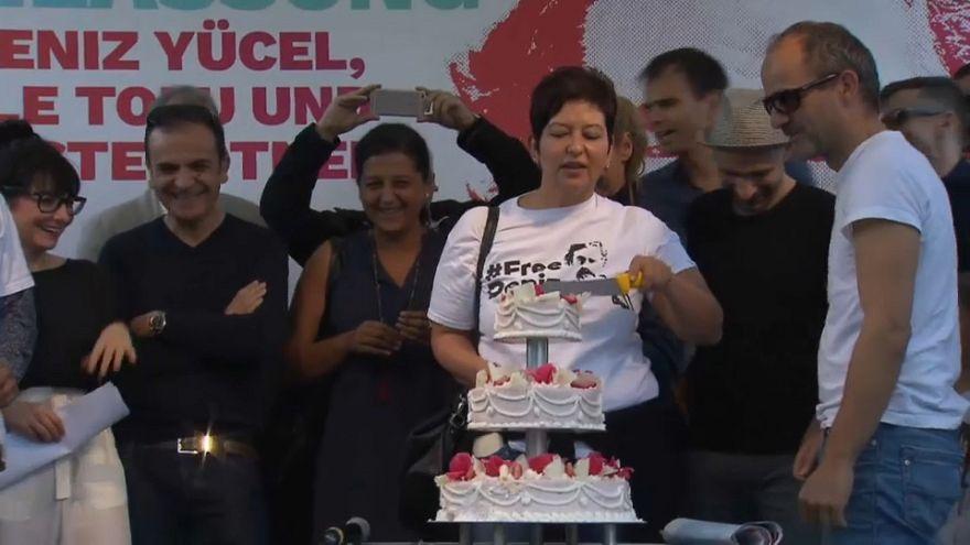 Türkiye'de 210 gündür tutuklu bulunan Deniz Yücel'in doğum günü kutlandı