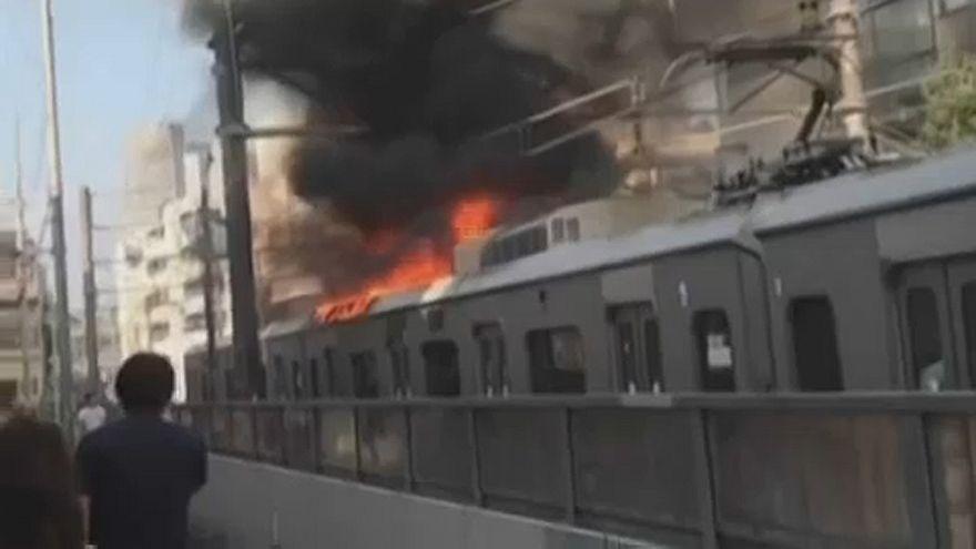 Brennender Passagierzug fährt durch Tokio
