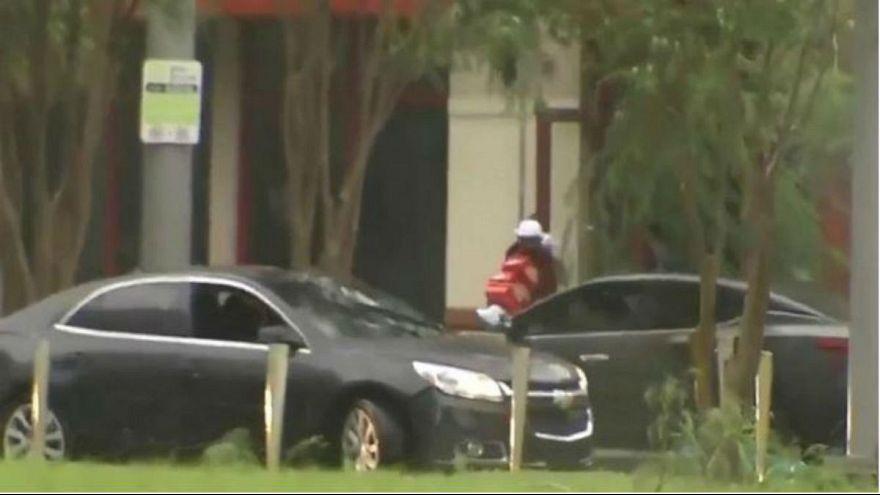شاهد: شرطة فلوريدا تمسك بلصوص إيرما متلبسين