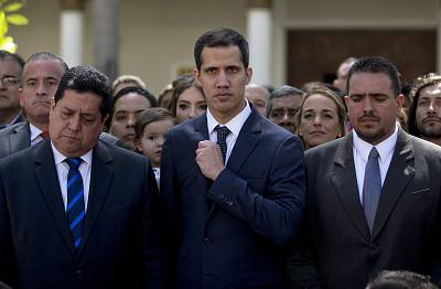 Newly-sworn-in National Assembly President Juan Guaidó, from center, poses for a group photo with Edgar Zambrano, the assembly vice president, from left, and other fellow lawmakers, in Caracas, Venezuela on Jan. 5, 2019.