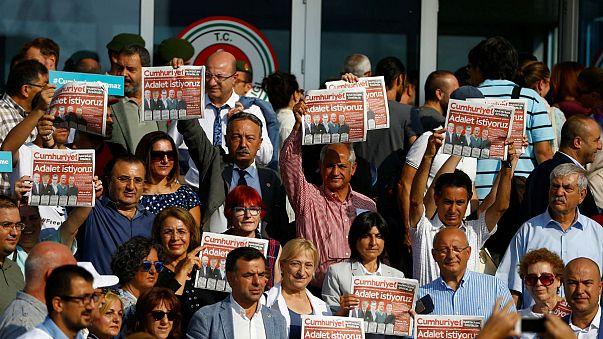 Cinq collaborateurs du quotidien Cumhuriyet maintenus en détention