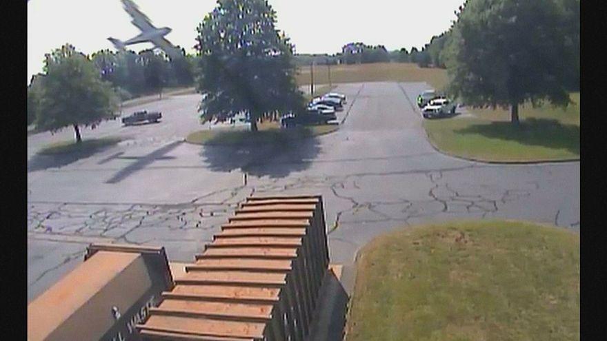 Pequeno avião despenha-se em parque de estacionamento nos EUA
