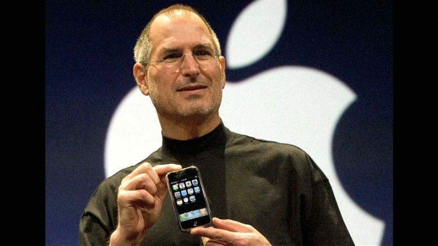 """ستيف جوبز وآيفون.. تفاحة """"أبل"""" الأولى"""