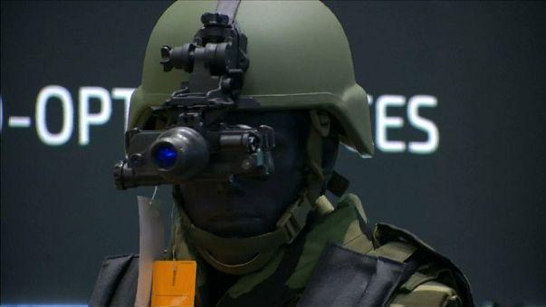 """شاهد: آخر """"صيحات"""" الأسلحة الفتاكة في معرض لندن السنوي"""