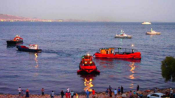 Maré negra atinge ilha grega de Salamina