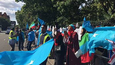 [Photos] Somalis protest at Ethiopia embassy in U.K. over prisoner transfer