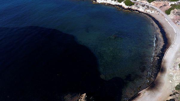 Olaj szennyezte be a partokat Athén közelében