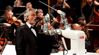 Robotkarmester Bocelli koncertjén