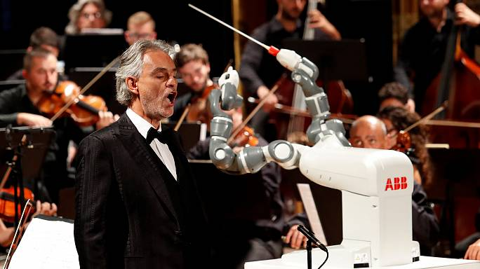 Robot orkestra şefi Yumi insan meslektaşlarına aşık attı