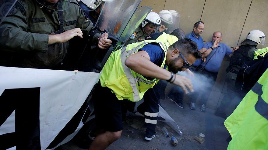 Grecia, i minatori scioperano, la polizia carica