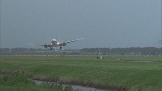 شاهد: رياح قوية تعيق الطائرات من الهبوط في أمستردام