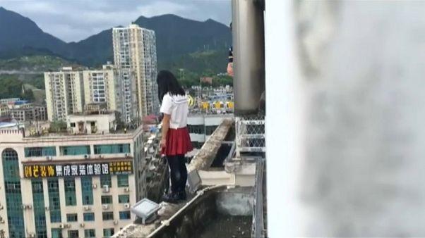 شاهد: معلم ينقذ تلميذة حاولت الانتحار قفزا من الطابق ال17