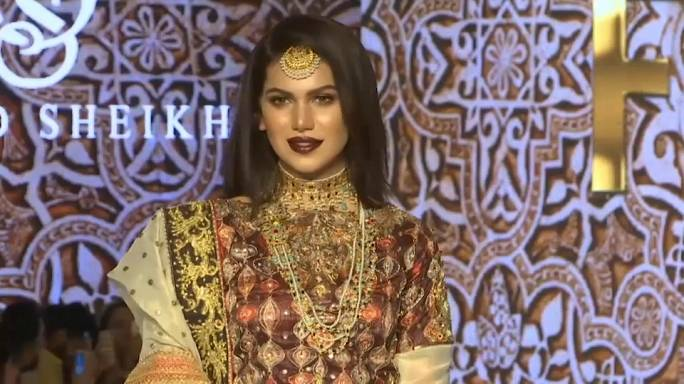"""Gold und """"Glitterati"""" auf der Fashion Week in Karatschi"""