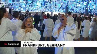 Greenpeace protesta contra Merkel en el Salón del Automóvil de Francfort