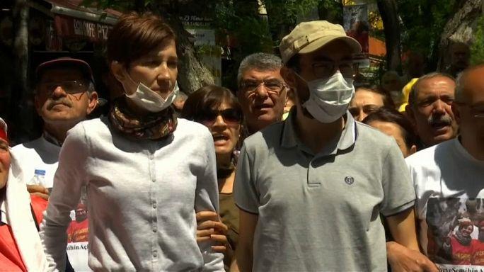 Prorrogan el arresto de los dos profesores turcos en huelga de hambre