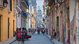 دبلوماسيون أمريكيون يقولون إنهم تعرضوا لهجوم صوتي غامض داخل غرف فندقية بكوبا