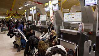 بالصور: مضيفة طيران تحقق شهرة واسعة بعد فضحها لتصرفات مشينة للمسافرين عبر الانترنت