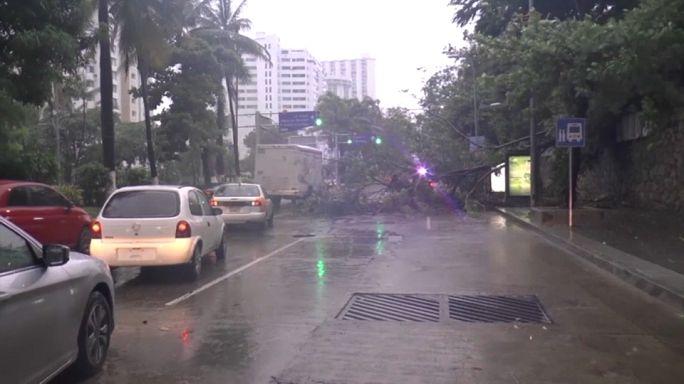 México entre furacões com Max ao mínimo