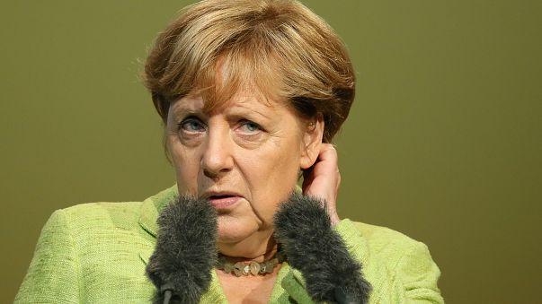 Merkel enfrenta críticos