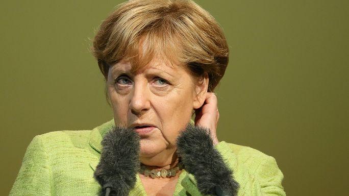 Merkel presa a fischi nel suo collegio