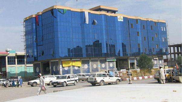 در پی وقوع انفجار در بازاری در افغانستان دهها نفر کشته و زخمی شدند