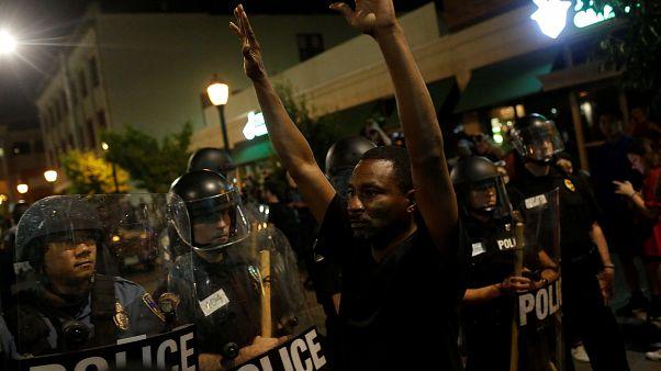 """Сент-Луис: """"Нет - полицейским-расистам"""""""