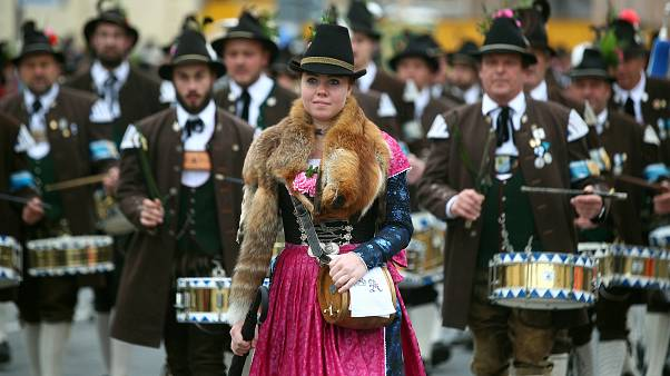 Dirndli és lederhosen - 184-edszer vonultak fel az Oktoberfest ünneplői