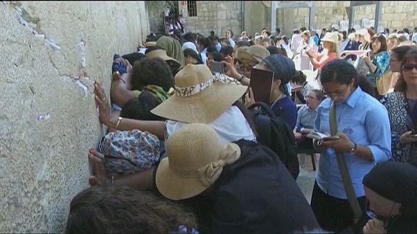 تنظيف حائط البراق من رسائل دعوات المصلين اليهود استعدادا للأعياد