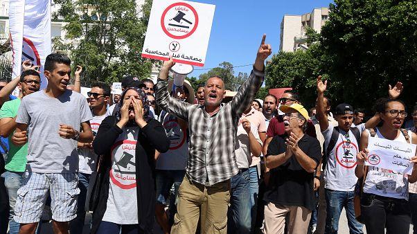 """احتجاجات في تونس ضد قانون """"المصالحة"""" الذي يعفو عن متورطين في الفساد خلال عهد بن علي"""