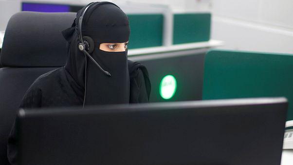 السعودية تدرب نساء للعمل في مراقبة الحركة الجوية