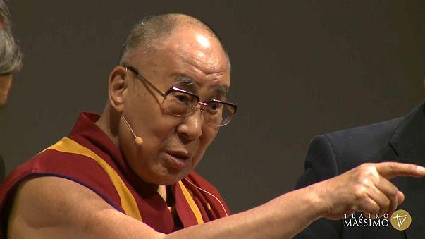 """Il Dalai Lama: """"Ricostruire i paesi dei migranti"""""""