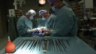 طبيب تجميل يغتصب مريضته ويلقي اللوم على جمالها