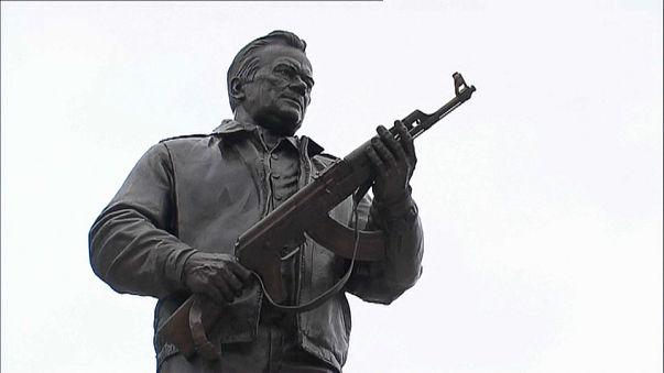 Kalashnikov: a Mosca una statua per l'ideatore