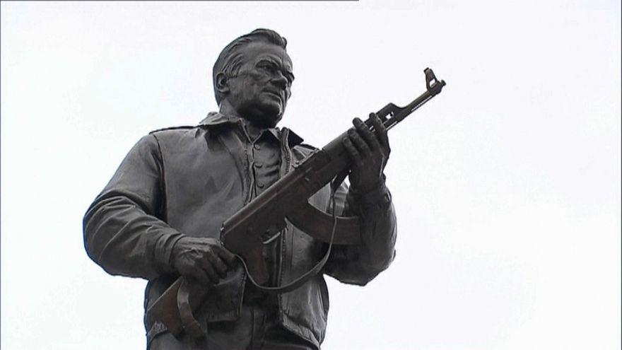 Szobrot állítottak Mihail Kalasnyikovnak Moszkvában