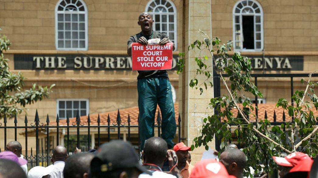 Apoiantes de presidente Kenyatta protestam no Tribunal Supremo