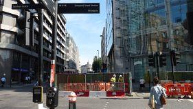 Polícia investiga pacote suspeito encontrado no bairro financeiro de Londres. Zona foi evacuada.