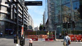 Egy gazdátlan csomag miatt rohamrendőrök vonultak a londoni üzleti negyedbe