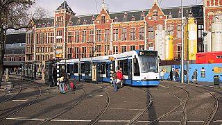تبول فتاة في طريق عام يفجر جدلا في هولندا حول المساواة بين الجنسين