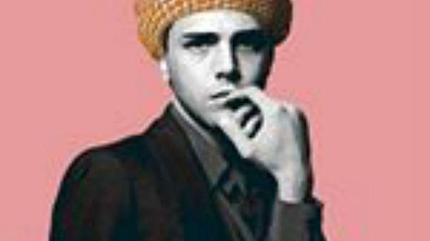 فنان سعودي يحقق شهرة واسعة من خلال قدرته على تصوير المشاهير في أزياء بدوية