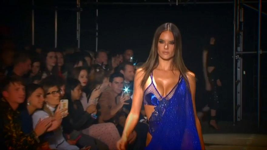 Alessandra Ambrosio hechiza en la 'London Fashion Week'